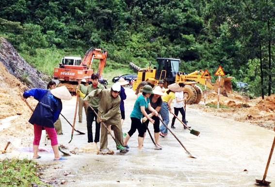 Perasaan manusia d di tengah- tengah hujan dan banjir di propinsi Quang Binh - ảnh 1