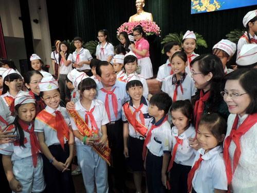 Руководители г.Хошимина провели новогоднюю встречу с местными лучшими школьниками - ảnh 1