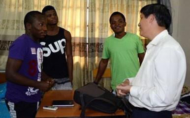 Минздрав СРВ внимательно наблюдает за студентами, приехавшими из стран, где бушует лихорадка Эбола - ảnh 1