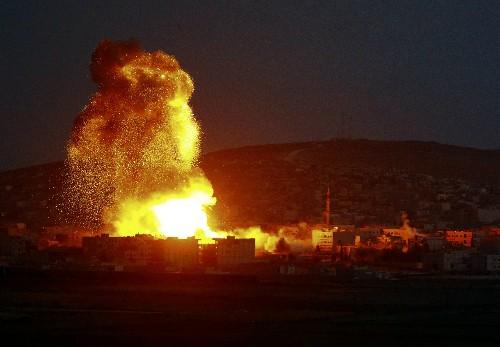 США нанесли ещё новые авиаудары по позициям боевиков ИГ - ảnh 1