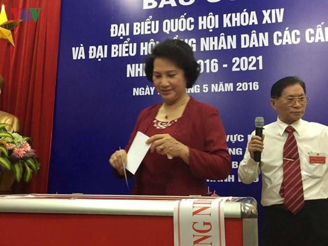 Во Вьетнаме прошли выборы в Национальное собрание страны и народные советы разных уровней - ảnh 4