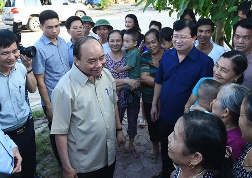 Премьер Вьетнама изучил жизнь переселенцев в рамках проекта ГЭС «Шонла» - ảnh 1