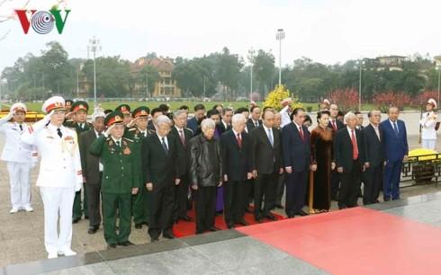 89-я годовщина создания КПВ: Руководители Вьетнама посетили Мавзолей Хо Ши Мина - ảnh 1