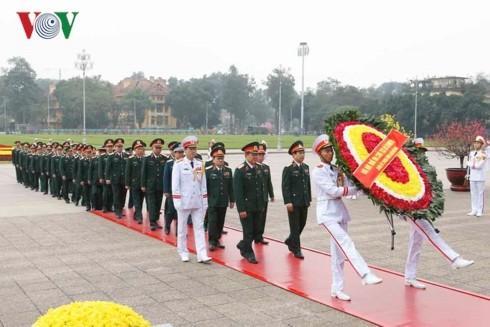 89-я годовщина создания КПВ: Руководители Вьетнама посетили Мавзолей Хо Ши Мина - ảnh 2