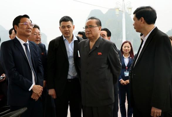 Высокая делегация Трудовой партии Кореи посетила вьетнамский залив Халонг - ảnh 1