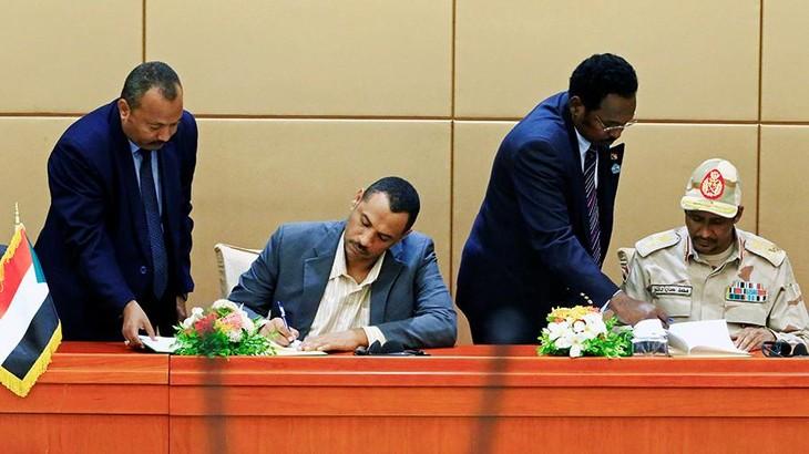 В Судане военные и оппозиция подписали конституционную декларацию - ảnh 1