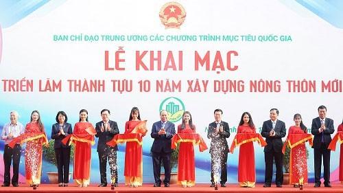 Нгуен Суан Фук принял участие в открытии выставки достижений за 10 лет строительства новой деревни - ảnh 1