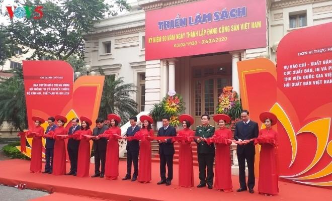 В Ханое открылась книжная выставка в честь 90-летия образования Компартии Вьетнама - ảnh 1