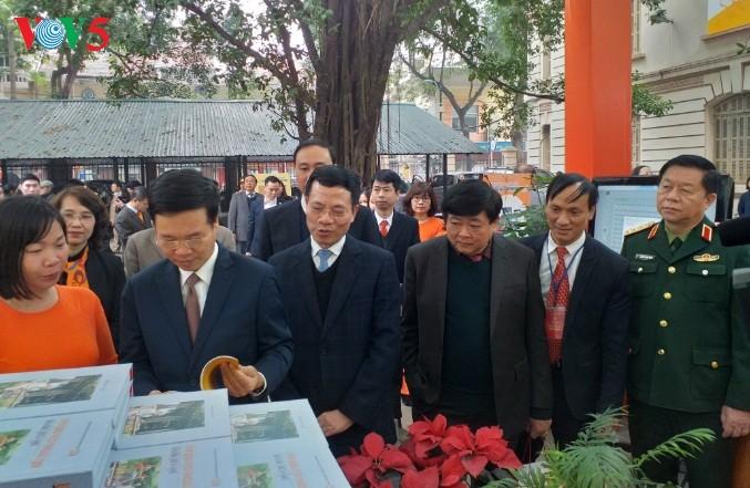 В Ханое открылась книжная выставка в честь 90-летия образования Компартии Вьетнама - ảnh 2