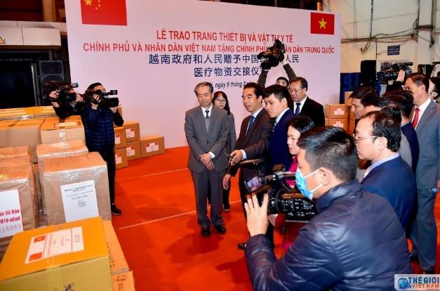 Вьетнам подарил Китаю медицинские товары для борьбы с коронавирусом - ảnh 1