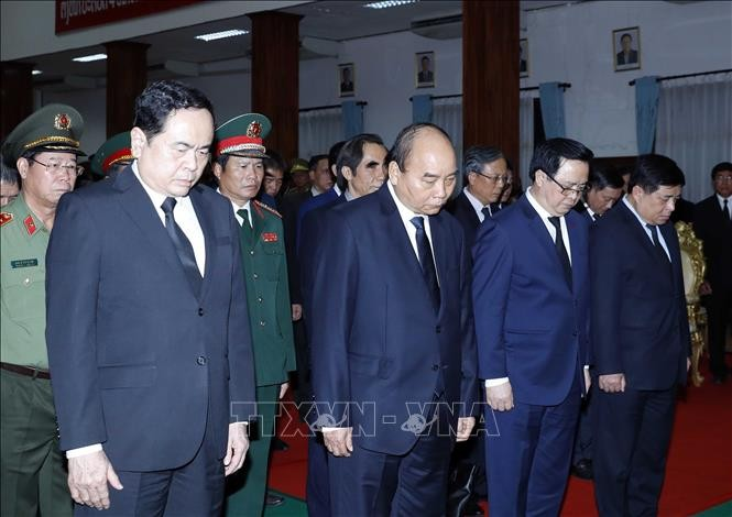 Нгуен Суан Фук во главе делегации партии и государства Вьетнама простился с экс-премьером Лаоса - ảnh 1