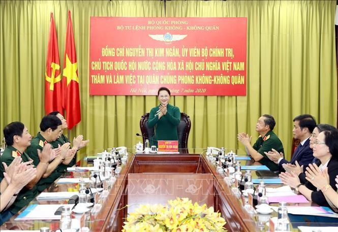 Председатель Нацсобрания СРВ Нгуен Тхи Ким Нган посетила войска ПВО-ВВС - ảnh 1
