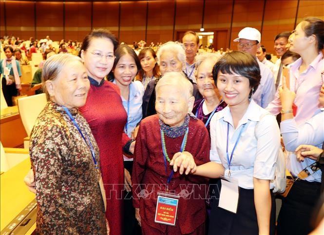 Спикер Нацсобрания Нгуен Тхи Ким Нган встретилась с вьетнамскими матерями-героинями - ảnh 1