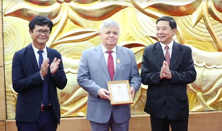 Общество вьетнамо-российской дружбы вручило почетные знаки сотрудникам Посольства РФ во Вьетнаме - ảnh 1