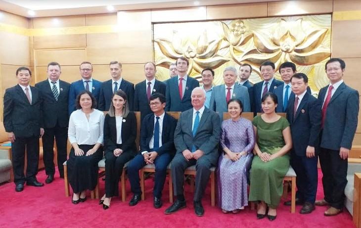 Общество вьетнамо-российской дружбы вручило почетные знаки сотрудникам Посольства РФ во Вьетнаме - ảnh 2