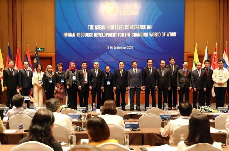 В Ханое прошла конференция по развитию человеческого капитала в меняющемся мире - ảnh 2