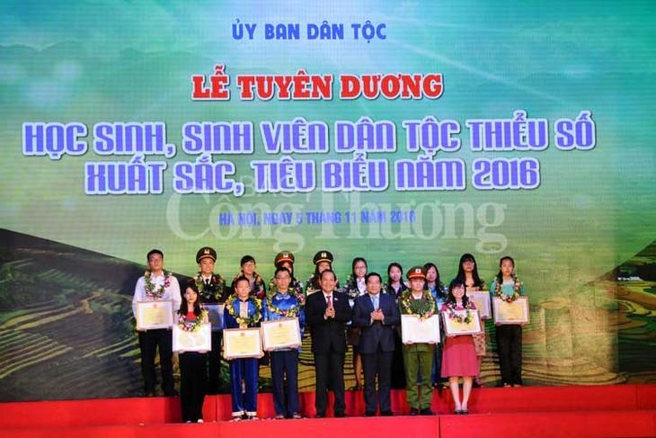 Truong Hoa Binh à la cérémonie honorant les élèves de minorités ethniques - ảnh 1