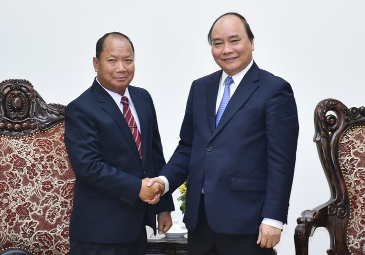 Nguyen Xuan Phuc reçoit le ministre de la sécurité du Laos - ảnh 1