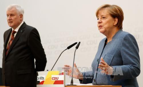Angela Merkel cède aux exigences de son allié bavarois sur les migrants - ảnh 1