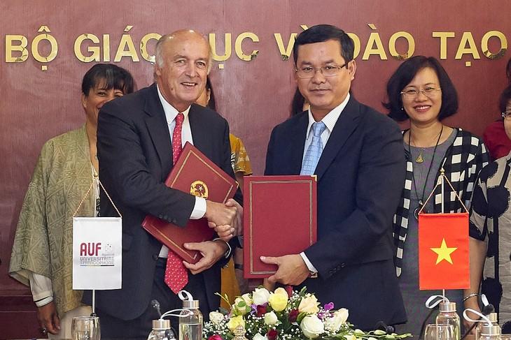 Signature d'un accord-cadre de partenariat entre l'AUF et le ministère de l'Éducation et de la Formation du Vietnam - ảnh 1
