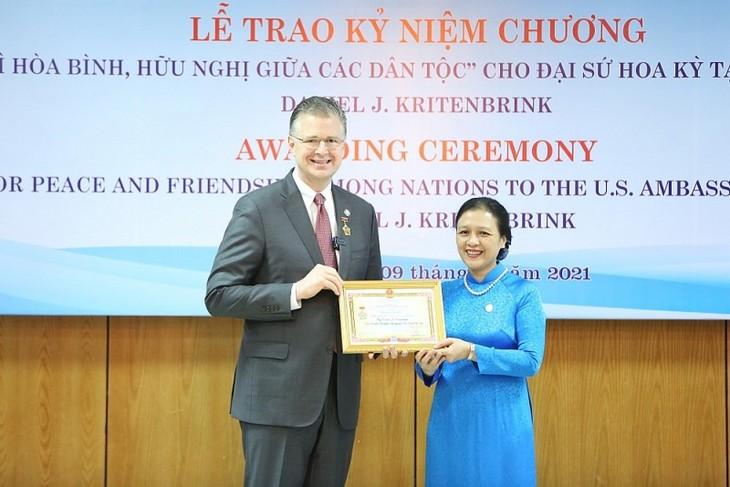 L'ambassadeur des États-Unis décoré de l'insigne «Pour la paix et l'amitié entre les peuples» - ảnh 1