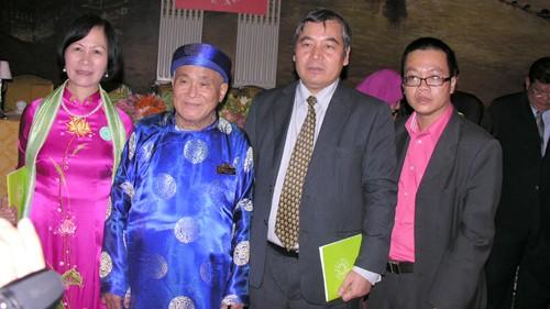 Nhà văn Nguyễn Chí Trung nhận giải thưởng Văn học Đông Nam Á - ảnh 1