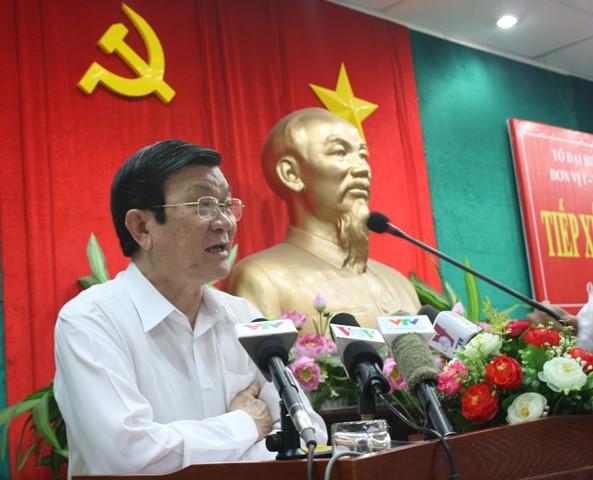 Chủ tịch nước Trương Tấn Sang tiếp xúc cử tri quận 4 - ảnh 1