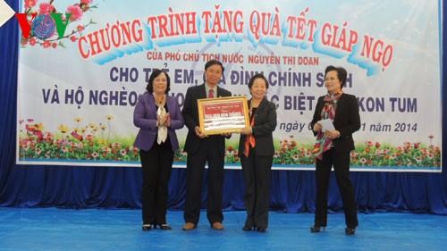 Phó chủ tịch nước Nguyễn Thị Doan tặng qùa trẻ em, gia đình chính sách và hộ nghèo tỉnh Kon Tum - ảnh 1