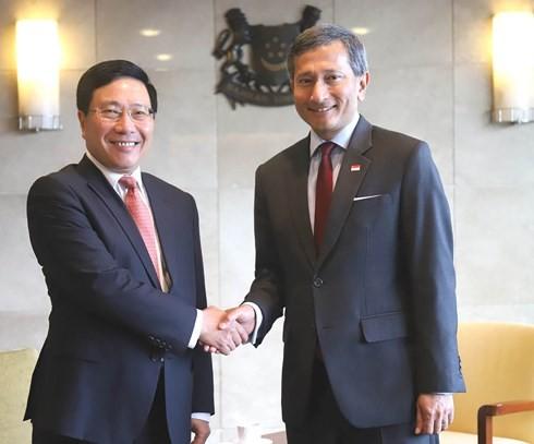 Phó Thủ tướng, Bộ trưởng Phạm Bình Minh hội đàm với Bộ trưởng Ngoại giao Singapore - ảnh 1
