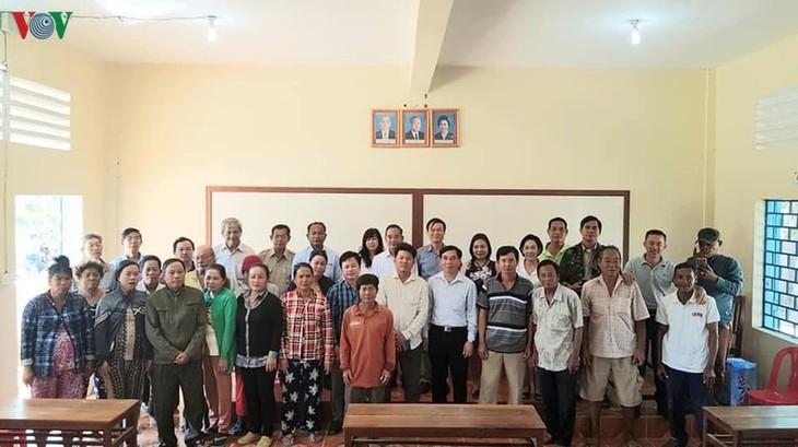Khai giảng lớp bổ túc thí điểm cho người gốc Việt tại Campuchia - ảnh 1