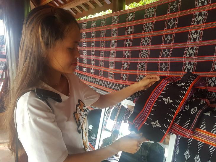 Gìn giữ và phát huy nghề dệt Zèng truyền thống ở A Lưới - ảnh 3