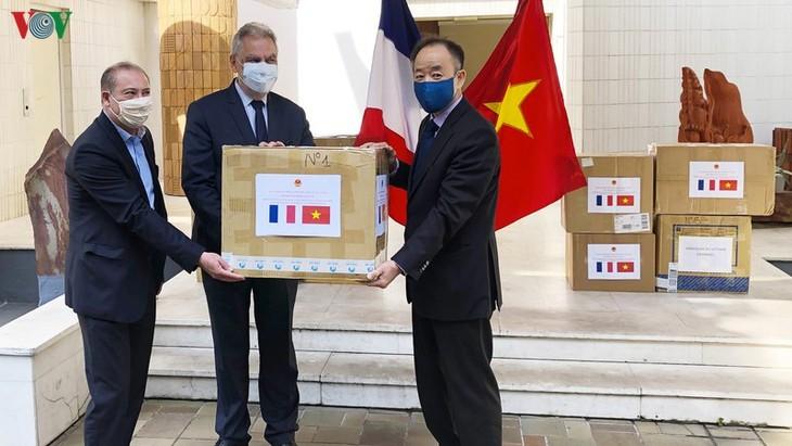 Đại sứ quán Việt Nam tại Pháp trao tặng khẩu trang cho các bạn Pháp - ảnh 1
