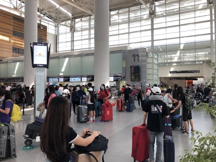 Máy bay chở hơn 340 công dân từ Mỹ về Việt Nam hạ cánh ở Nội Bài - ảnh 1