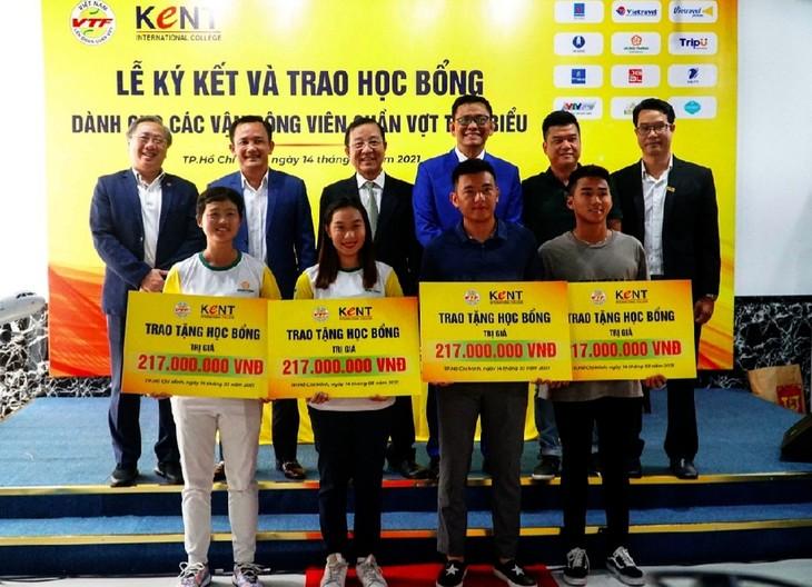 Trao học bổng cho 4 vận động viên quần vợt xuất sắc - ảnh 1