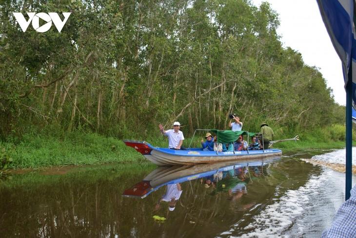 Nông dân Cà Mau làm du lịch sinh thái  - ảnh 1