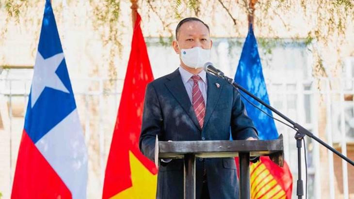 Trưng bày hình ảnh về Chủ tịch Hồ Chí Minh ở Chile - ảnh 1