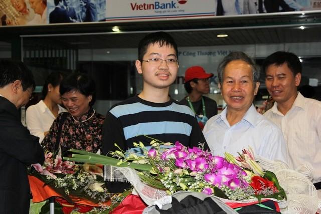 ต้อนรับคณะนักเรียนเวียดนามที่เข้าร่วมการแข่งขันคณิตศาสตร์โอลิมปิก ครั้งที่ 53 - ảnh 1
