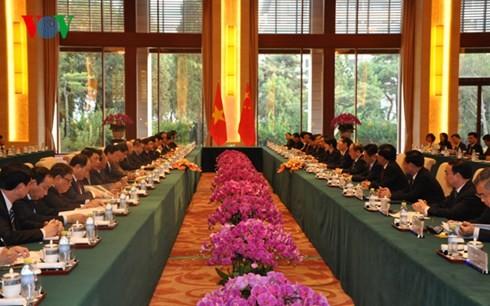 รองนายกรัฐมนตรี เหงวียนซวนฟุกของเวียดนามเจรจากับรองนายกรัฐมนตรีจีน - ảnh 1