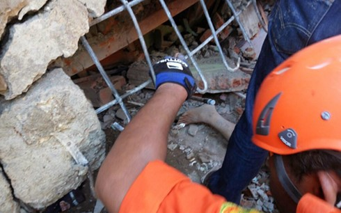 จำนวนผู้เสียชีวิตและได้รับบาดเจ็บจากเหตุแผ่นดินไหวในประเทศอินโดนีเซียเพิ่มขึ้น - ảnh 1