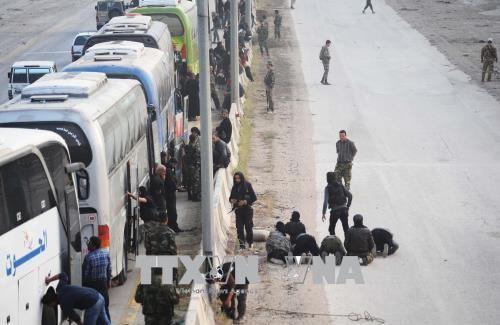 กองกำลังฝ่ายต่อต้านในซีเรียถอนตัวจากฐานที่มั่นสุดท้ายในเขต Ghouta  ตะวันออก - ảnh 1