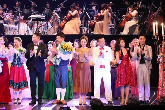 งานคอนเสิร์ต Around the world นำผู้ชมไปเที่ยวประเทศต่างๆทั่วโลกผ่านการแสดงผลงานดนตรีที่หลากหลาย - ảnh 2