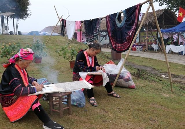 """กิจกรรม """"วสันต์ฤดูในเขตเขา"""" ณ หมู่บ้านวัฒนธรรมและการท่องเที่ยวชนกลุ่มน้อยเผ่าต่างๆของเวียดนาม - ảnh 1"""