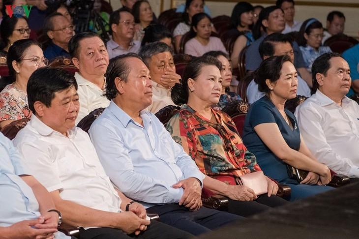 """บทละครก๋ายเลืองเรื่อง """"ความรักในเคิววาย"""" ออกสู่สายตาผู้ชม ณ กรุงฮานอย - ảnh 1"""