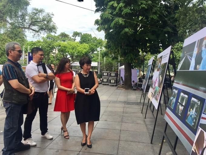 """งานนิทรรศการภาพถ่าย """"เวียดนามป้องกันและรับมือการแพร่ระบาดของโรคโควิด-19"""" - ảnh 1"""