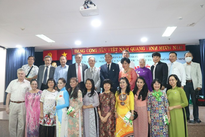 นครโฮจิมินห์พบปะกับตัวแทนชาวเวียดนามโพ้นทะเลในโอกาสวันชาติ 2 กันยายน - ảnh 1