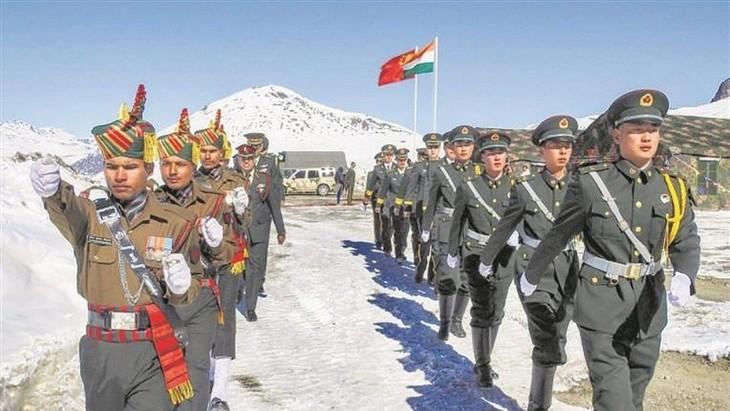อินเดียและจีนยืนยันข่าวการถอนทหารออกจากเขตที่มีการพิพาท - ảnh 1