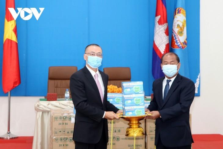 เวียดนามและกัมพูชาสามัคคีกันเพื่อควบคุมการแพร่ระบาดของโรคโควิด-19 - ảnh 1