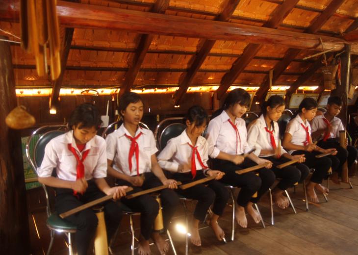 จุดประกายความรักวัฒนธรรมให้แก่นักเรียนชาวเอเดในโรงเรียนมัธยมตอนต้น Y Ngông Niê Kđăm ในจังหวัดดั๊กลั๊ก - ảnh 1