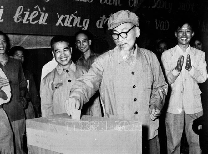 การออกไปใช้สิทธิ์เลือกตั้งคือการปฏิบัติสิทธิและหน้าที่ที่สำคัญของคนเวียดนาม - ảnh 1