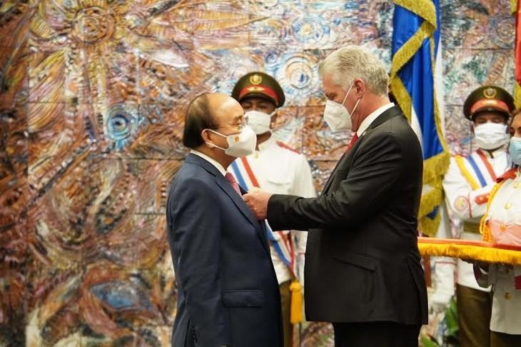 ประธานประเทศคิวบามอบเหรียญอิสริยาภรณ์ Jose Marti ให้แก่ประธานประเทศเหงวียนซวนฟุก - ảnh 1